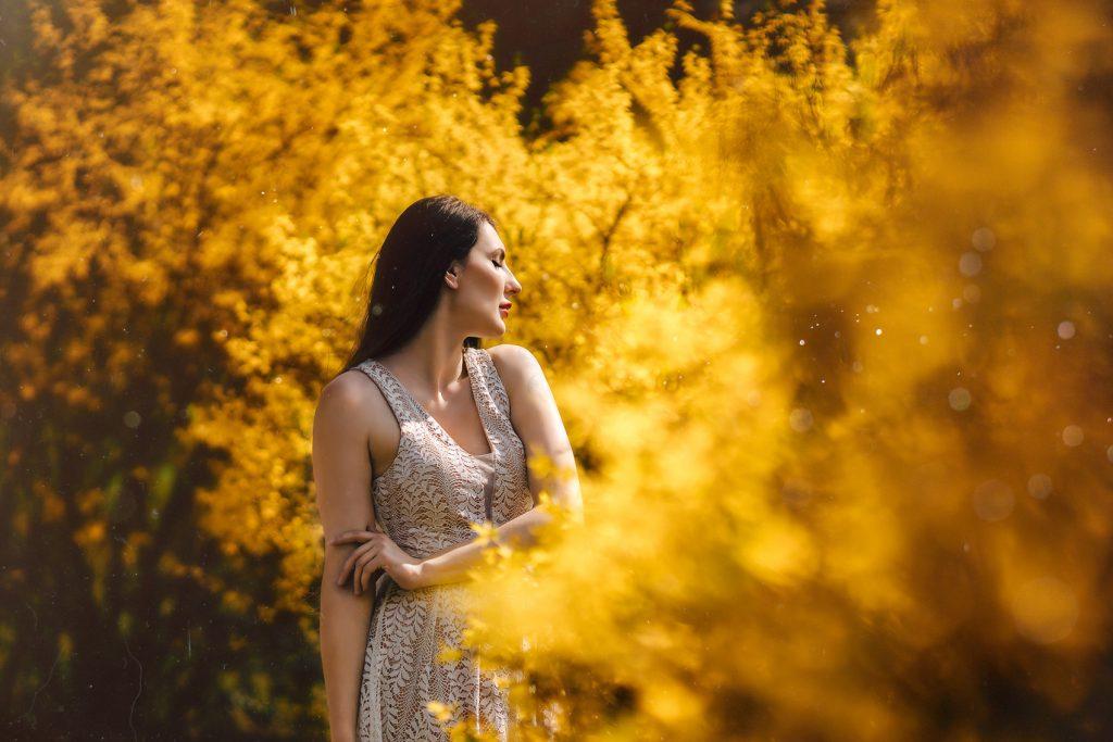 Norelle im Frühling in gelben Blumen